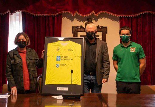 O Club Remo Puebla entrega ao Concello un maillot asinado polos remeiros