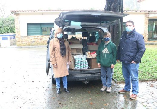 O Concello de Frades entrega a Cáritas os alimentos recollidos na campaña de Nadal