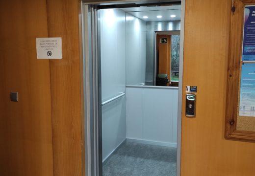 O Concello de Fene instala un novo ascensor na piscina municipal de Centieiras